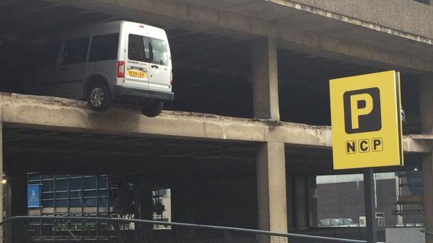 諾丁咸大樓外圍突然倒塌 汽車半天吊