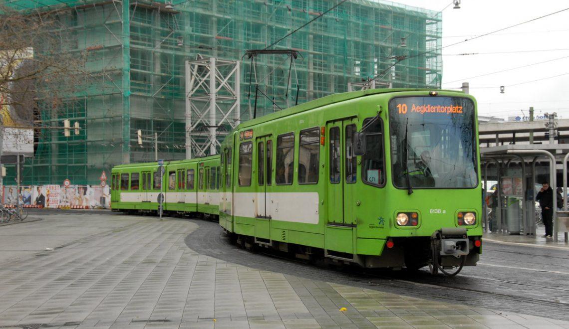 德國地方電車系統 遲到3分鐘會有提示 未停定就開門節省時間