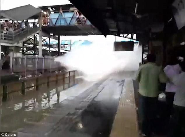 孟買火車站水浸 列車依然高速駛過 月台乘客皆濕透 【有片】
