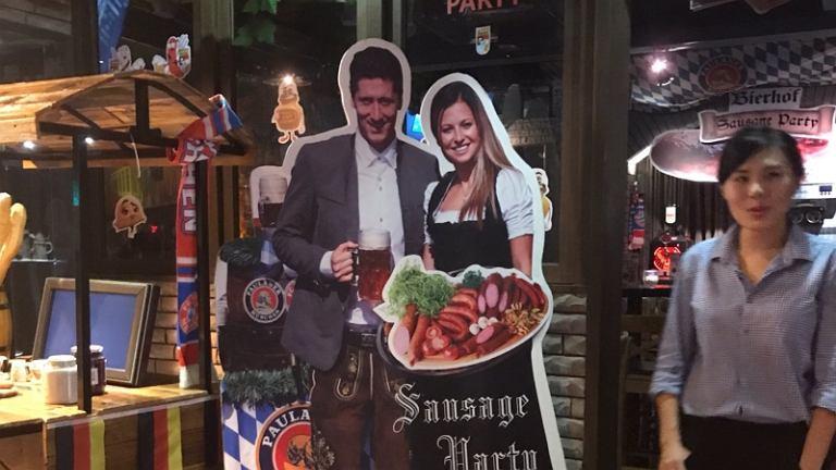 香港某德國餐廳出利雲道夫斯基夫婦紙板賣廣告 被波蘭網民恥笑