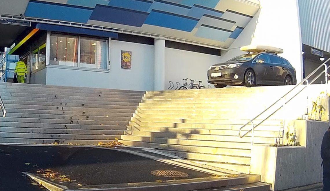 挪威勇猛司機發現絕路得樓梯 照衝落去