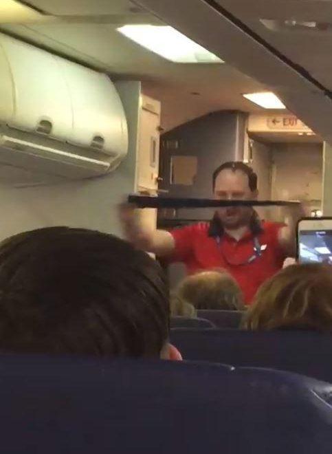 美帝內陸客機脫衣舞風安全示範惹瘋傳