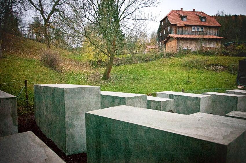 否認納粹罪行政客 被人放「猶太紀念碑」係門前