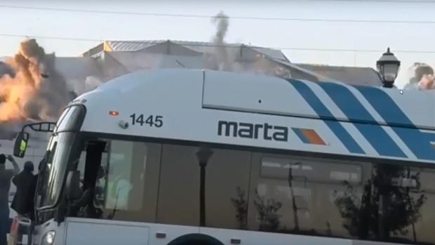 要拍攝爆破體育館巴士突然亂入 攝影師爆粗意外爆紅