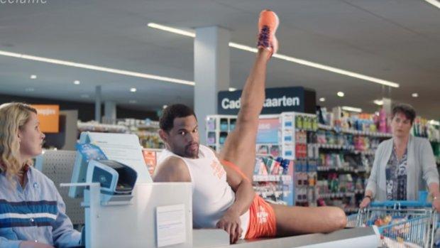荷蘭票選最擾民廣告:用運動員係超級市場收銀機健身吸引顧客?