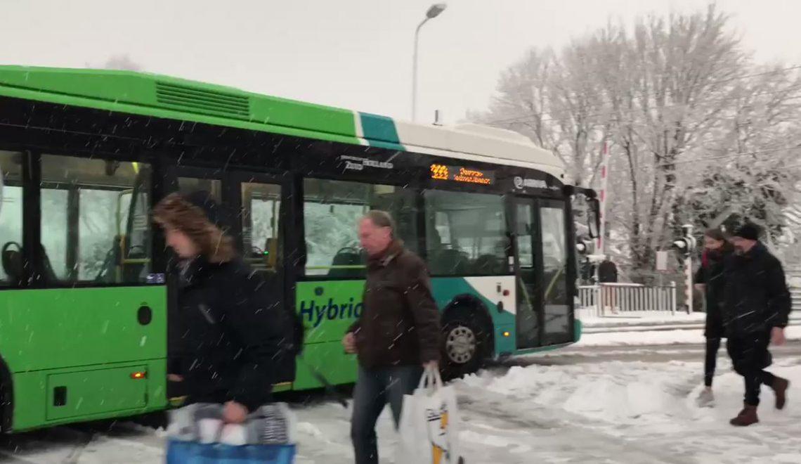 荷蘭巴士荷蘭fail 大雪中死火要人推過山?