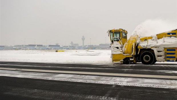 歐洲大雪 機場暫歇暫停營運鏟雪 荷航取消多班機
