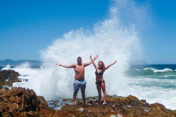 情侶南非海邊影浪漫相 浪到被浪沖走周身損