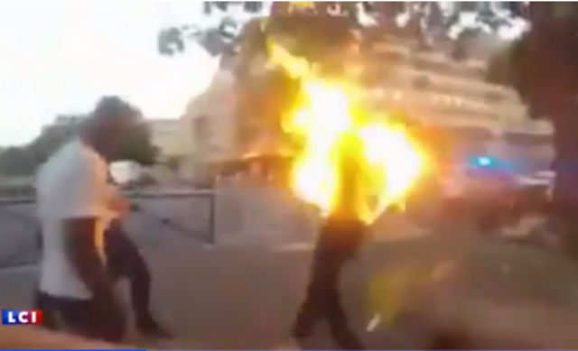 法國警察暴力舊片曝光 黑人男子被噴到上身著火