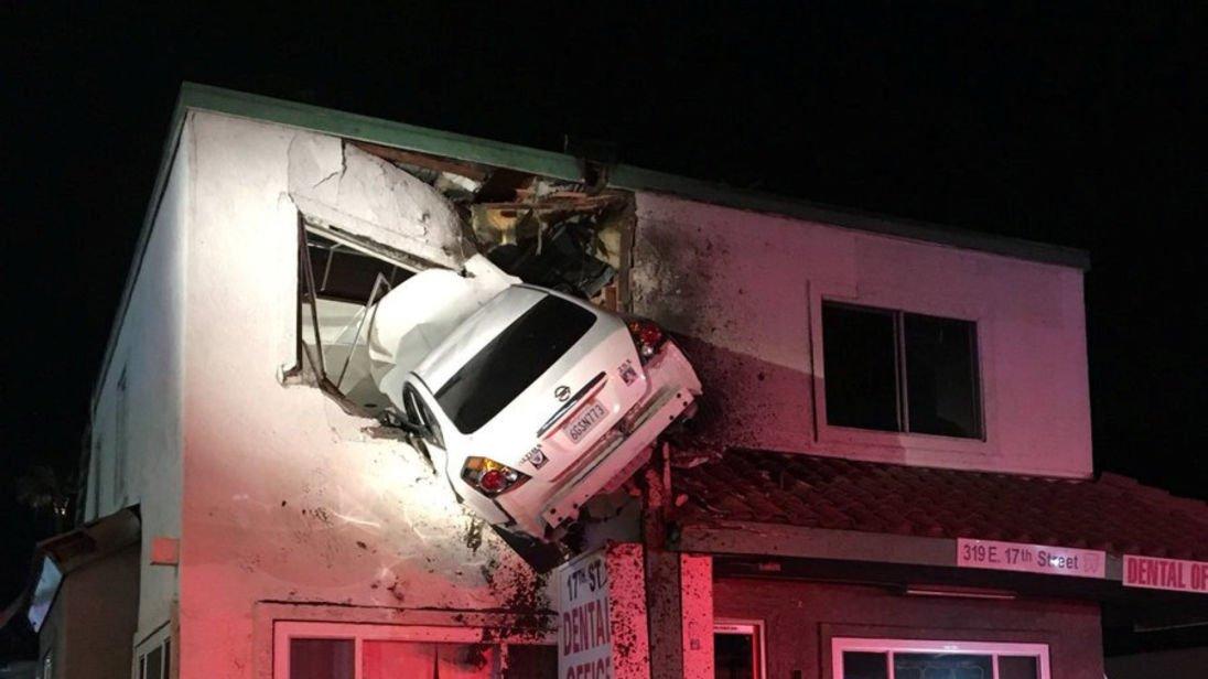 加州離奇車禍 司機車衝上雲霄 撞入牙醫診所樓上一字樓