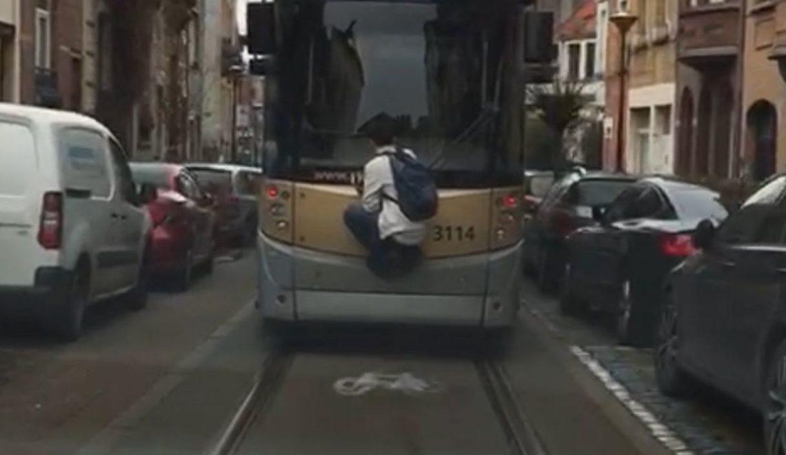 比利時危險摱車邊搭電車 可能面對重罰