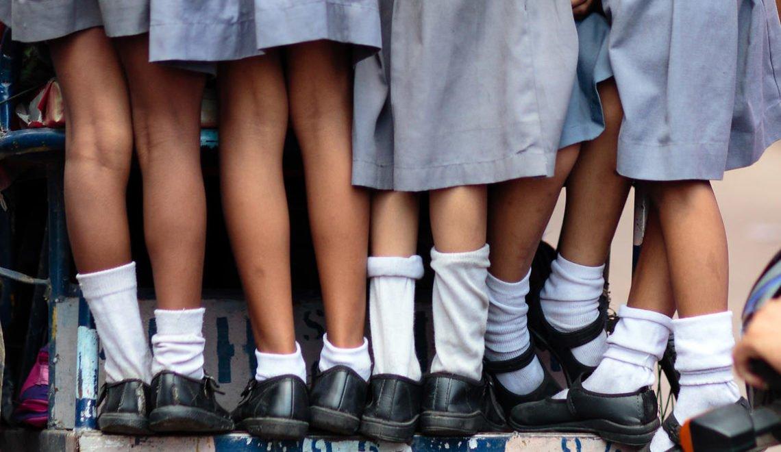 印度邦份防止作弊 禁止考生著鞋襪進入試場?