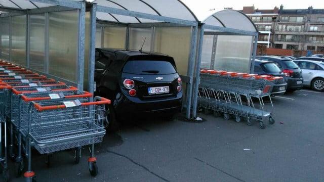 比利時超市泊購物車位 俾人泊咗私家車