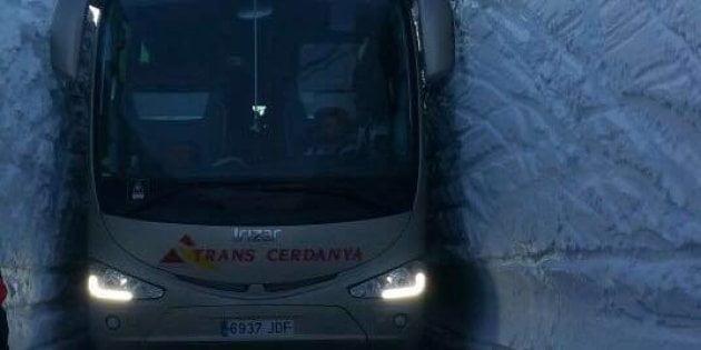 巴塞淡定司機 穿過啱啱夠闊雪洞 成網上 Viral