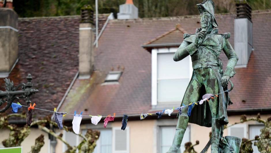 法國不可以思議事件:係市場雕像門口掛底褲 全國做偵探?