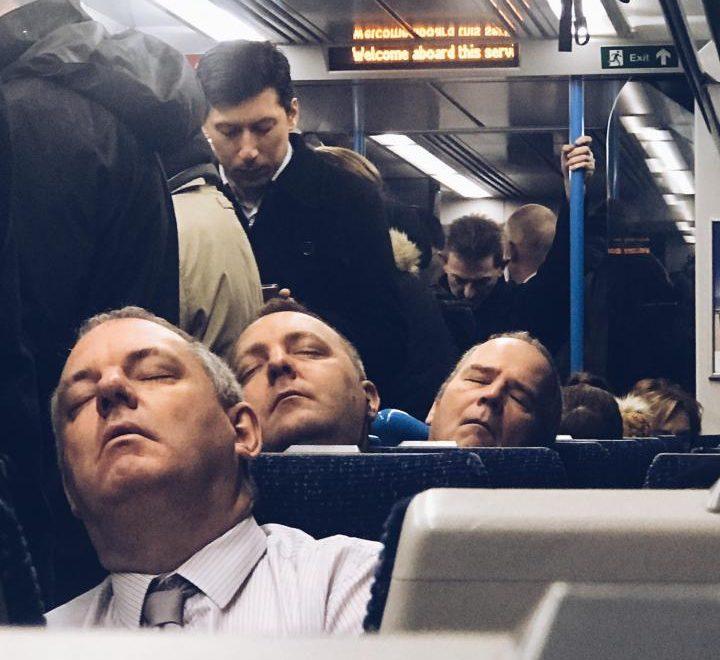 倫敦鐵路奇景:三個洽眼訓嘅男人 竟然一樣樣?
