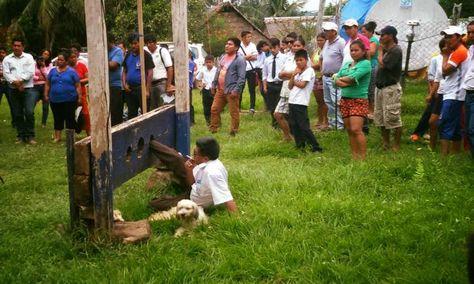 玻利維亞市民不滿市長施政 直接鎖佢上木枷