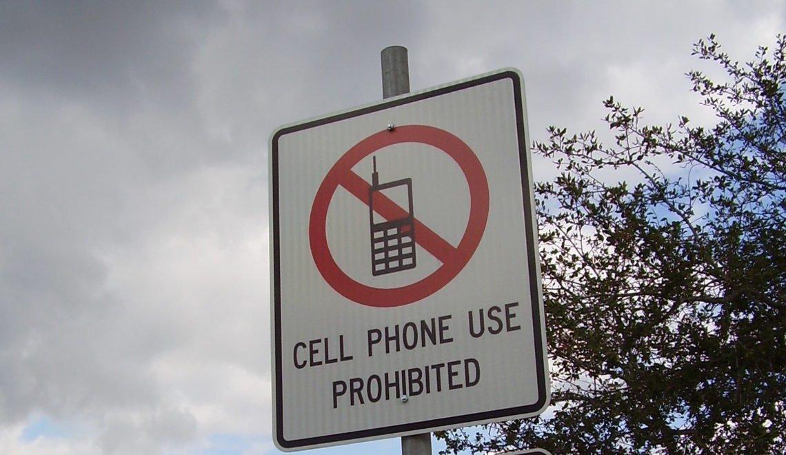 加州城鎮禁止邊行邊用電話 違者會被罰款