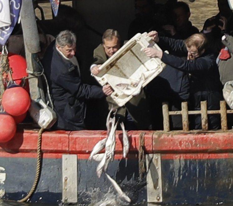 抗議中門大開 英國漁民係國會對開拋魚抗議