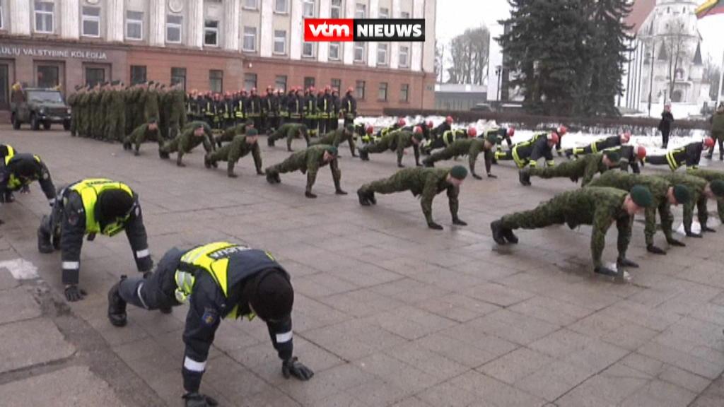 立陶宛小麗城多名紀律部隊做 100個 push up 紀念獨立100年?