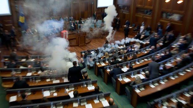 反對邊境協議 哥索禾反對派係國會放催淚 拖延議事