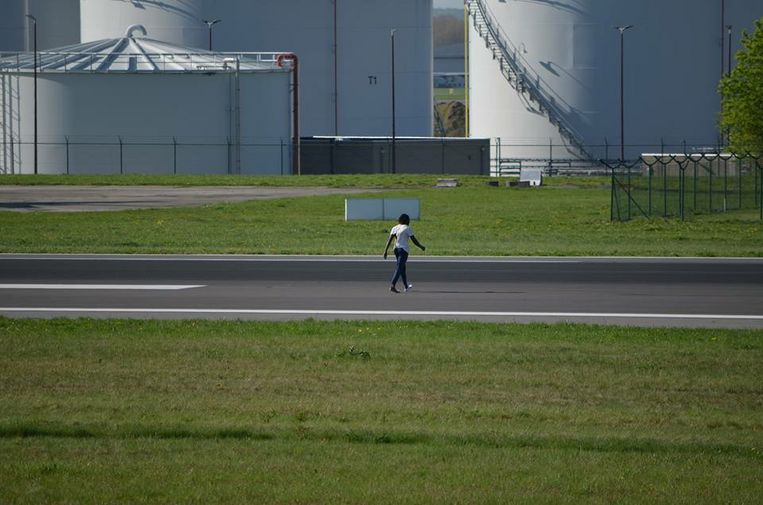 比京機場突然有男子係跑道走黎走去