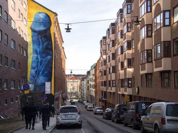 士多貢大樓外驚現巨型藍色陽具壁畫 業主表示只能存活一個禮拜