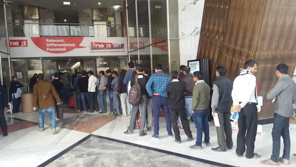 印度紙幣長期短缺 再次面臨排長龍等擠提