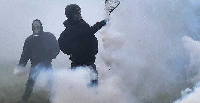 被網球拍反彈催淚彈 法國警察無力清場反機場示威 總統震怒?