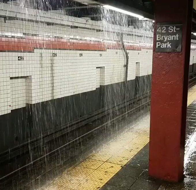 紐約暴雨 地鐵車站變水簾洞 但可以繼續運作?