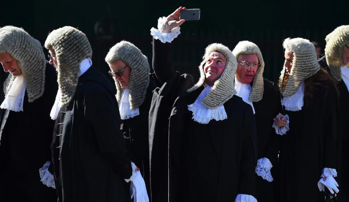 英國法官被警告 Selfie 唔好擺上網