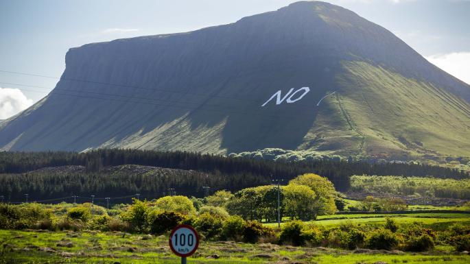 愛爾蘭墮胎公投 早前有人上山拉 banner 反對修憲