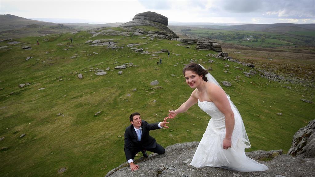 英國CLS 新婚夫婦 婚紗西裝爬上影合照?