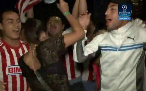 墨西哥體育記者不忍性侵犯 鏡頭前追打球迷