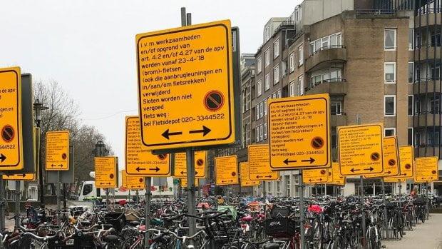 當局係荷京一個廣場樹立54塊告示牌禁止泊單車 市民都係唔信?