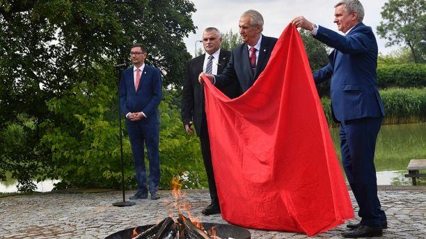捷克總統突然焚燒 反對自己親契丹嘅藝術品底褲 全世界黑人問號?