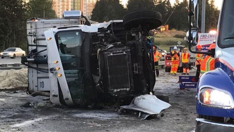 美帝公路奇景:司機恰著 貨車翻側 4萬磅雞毛 一地都係