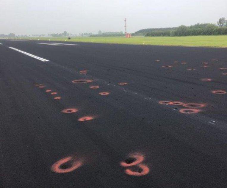 荷蘭空軍基地被天打雷劈 跑道滿地窿窿要緊急關閉