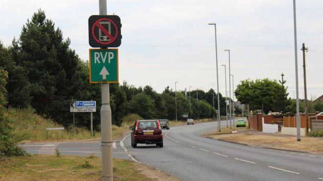 英國全新交通警示 揸車講電話就會著?