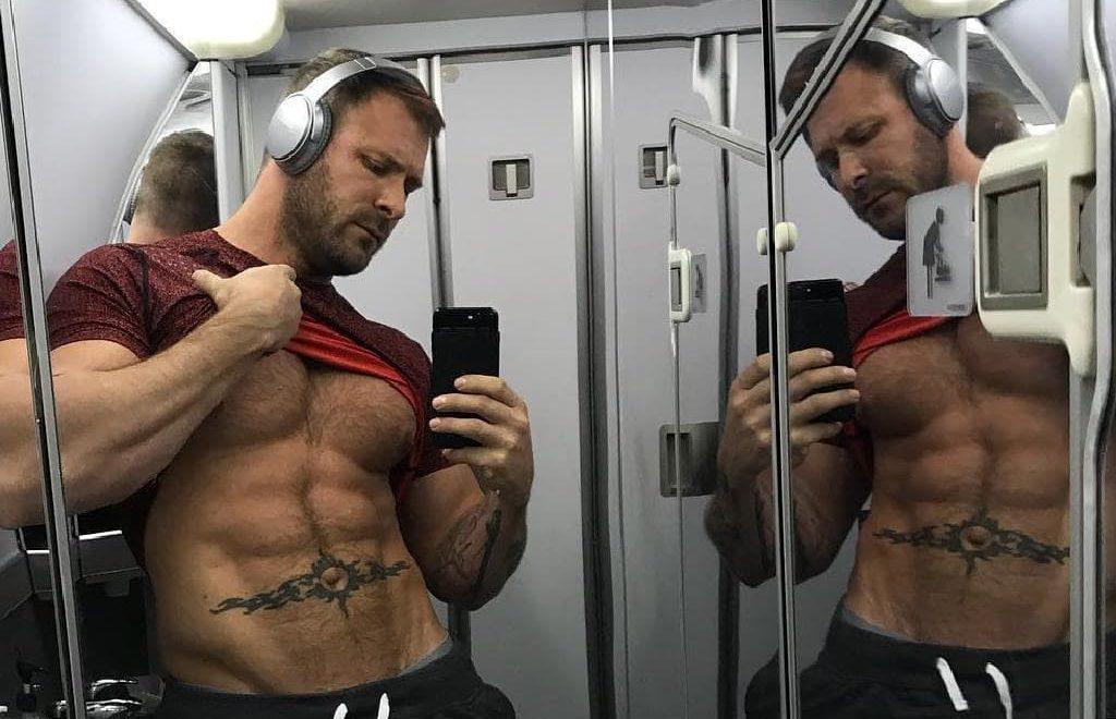 達美空少係飛機上同 G片男優廁所性愛 俾拍片上網 搞到要停職 ?