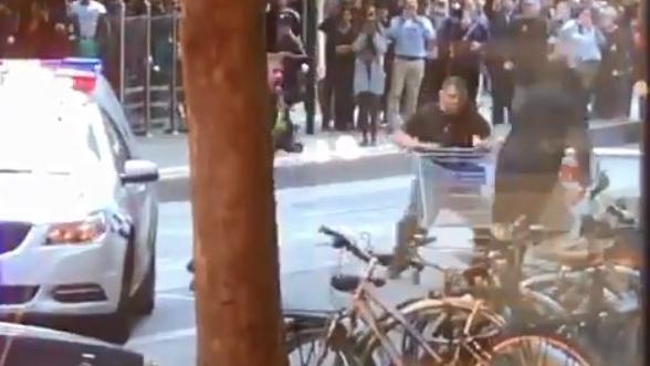 澳洲露宿者勇武拿超市購物車撞向恐怖份子 市民紛紛籌款感謝佢