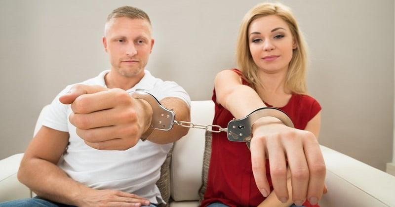 英男生擔心女友偷情 要兩人戴手扣度日 甚至去返工地點監視?