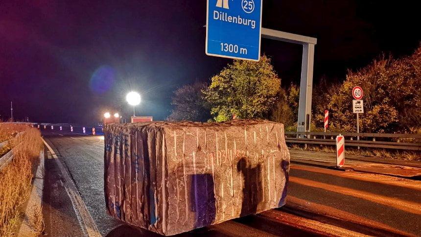 德國公路天降23噸巨石 警察要數小時清理現場追查疑犯