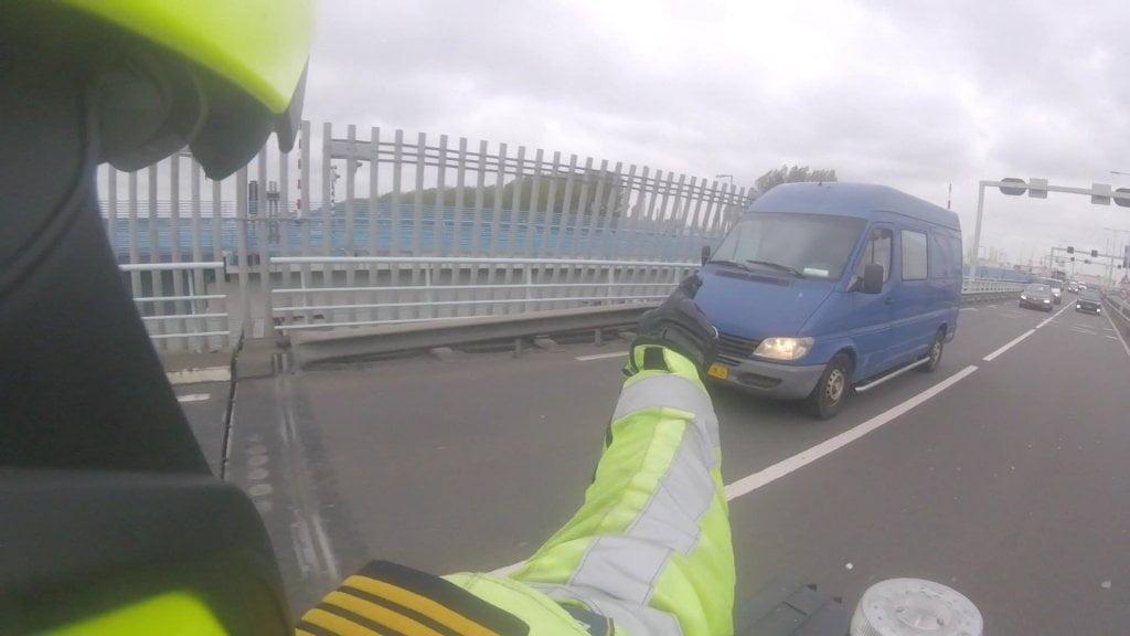 荷蘭警察係公路截查 先發現一名男子50年無拿駕駛執照照揸車