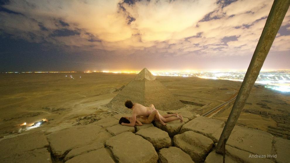 埃及調查有人係金字塔頂愛情動作之影片