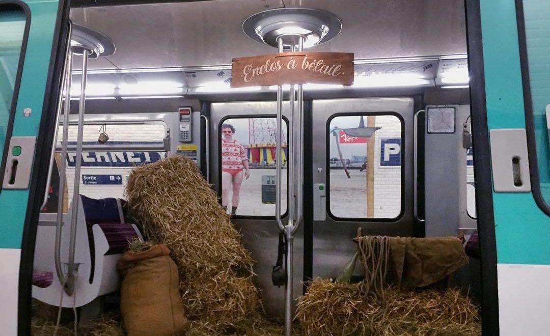 巴黎市民抗議地鐵擠逼 全車突然鋪滿稻草