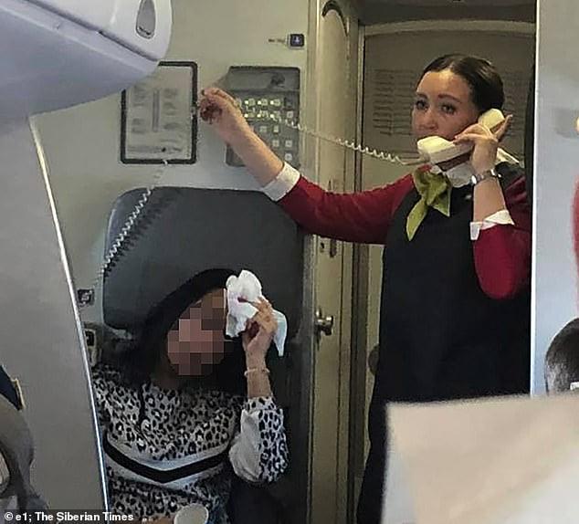 西伯利亞航空機艙其他去到50度 乘客猶如焗桑拿 機長表示正常堅持起飛