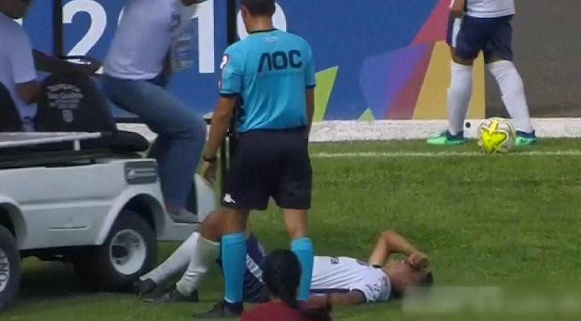 巴西U20球員受傷倒地 慘遭「車多一腳」