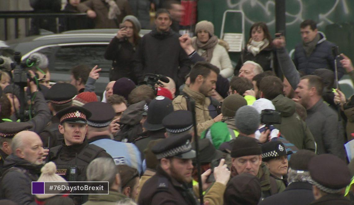英國抄黃衫軍示威 背心顏色都統一唔到