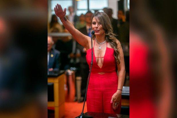 巴西議員宣誓事業線太多 都俾人瘋狂議論?